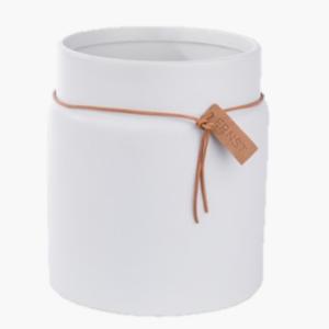 Stor kruka med läderband i vit glaserad keramik