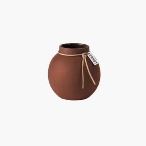 en-fantastiskt-vacker-liten-stengodsvas-från-ernst-design-i-rostig-brun-farg