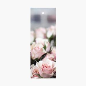 Exklusivt litet blomsterkort/ tag med rosa rosor på som är framtaget av cardstore.