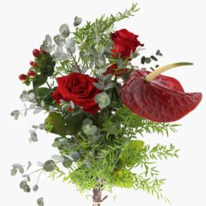 Blombukett Julkänsla innehåller Röda rosor, Anthurium, Hypericum, Eucalyptus och grönt.
