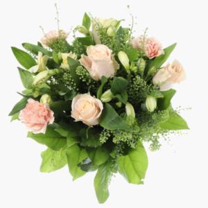 Blombuketten kram,Creme rosor, alstromeria, nejlikor, thalapsi tilsammans med gröna blad.- Nilssons blommor