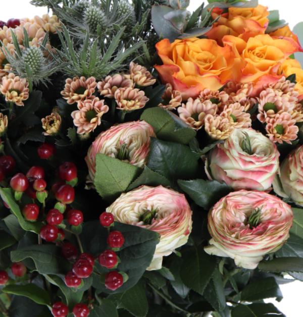 våra florister binder en blombukett efter säsongens alla blommor och blad