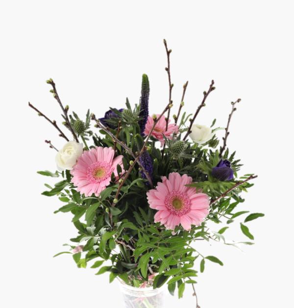 Blombuketten Varkansla ar en ljuvlig varbukett med Veronica,ranunkler,anemoner,eryngium,germini tillsammans med korsbar och eucalyptus.