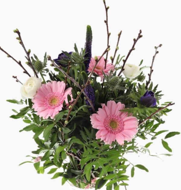 Varbukett med vackra rosa, vita och lila snittblommor med grona kvistar- Nilssonsblommor.se