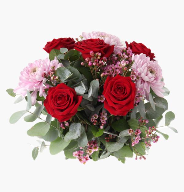 Mitt allt, en gudomligt vacker blomsterbukett med roda rosor, stor dekokryss, vaxblomma, eucalyptus
