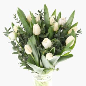 Spirande karlek, en enkel och stilren alla hjartans dag bukett med vita tulpaner, vita ranunkler, eucalyptus.