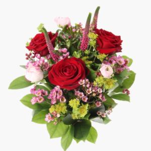 Var karlek,en vacker blomsterbukett med roda rosor, rosa ranunkler, veronica, vaxblomma, daggkapa. (2)