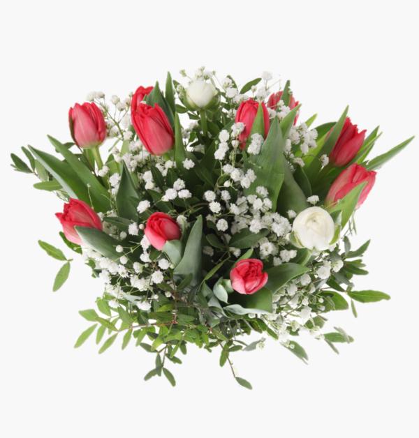 var-langtan- en otroligt vacker blombukett med roda tulpaner, vita ranunkler, brudsloja, gront.