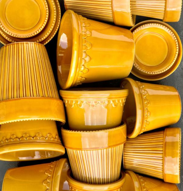 varens populara farger. Inred ditt hem med gul lackade handgjorda lerkrukokor fran Bergs Potter