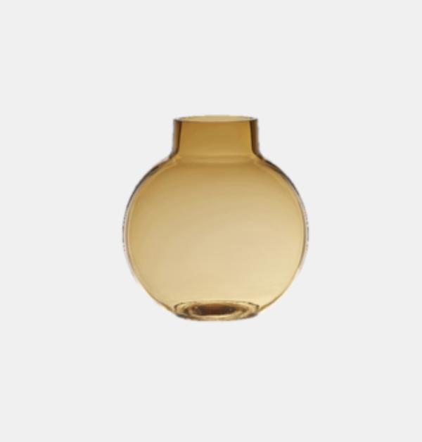 Bubblan från wikholmform kommer nu med ytterligare en fantastisk färg på denna populära glasvas. En vackert rökig bärnstens glasvas med måtten, 14 cm Ø 6 cm.