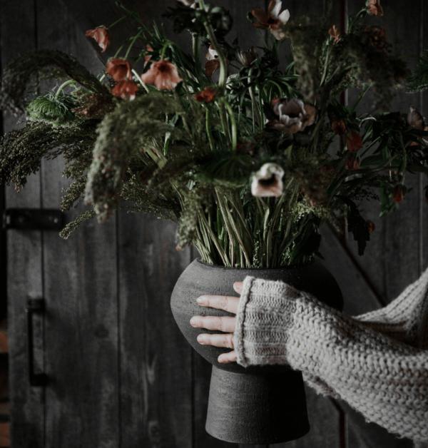 en vacker blomsterbukett som framhojs av denna vackra bruna vas fran ernst design