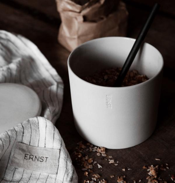 Forvaringsburkar fran ernstdesign i morka och dova farger med mattinsida
