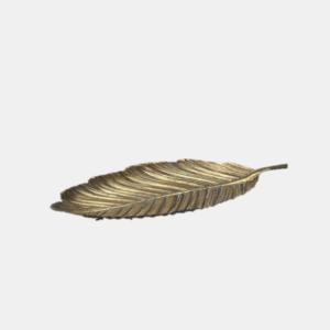 Vackert fat utformat som ett löv i mässing från Wikholmform med måtten, 21,5x 45 cm.